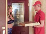 Me trae la pizza un muchacho que no está nada mal - HD