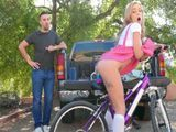 Me gusta ver a la hija de los vecinos montar en bicicleta - Xvideos