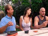 La novia de papá me toca la polla por debajo la mesa - Porno HD