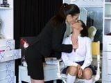 La maquilladora me toca las tetas, me ha puesto cachonda - Lesbianas