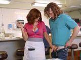 La camarera madura echa mano al rabo del jovencito - HD