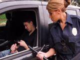 La agente de policía pilla a un tío pajeándose ... - Porno HD