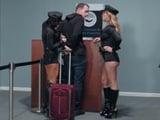 Las agentes de policía detienen a un posible sospechoso - Porno HD