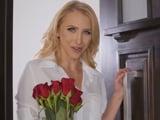Un amigo de mi marido me regala un ramo de rosas - Porno HD
