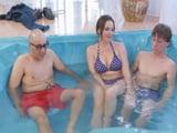 Me meto en la piscina con mi padre y con su pareja - XXX