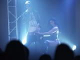 Una mujer le hace una mamada al cantante en el concierto - HD