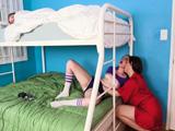 Mientras mi hija duerme le toco el coño a su amiga - Sexo Fuerte