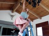 La vecina se sube para limpiar la lámpara del techo ... - Vecinas