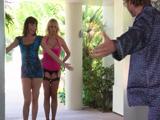 Mamá y su mejor amiga aparecen en casa por sorpresa - Sexo Fuerte