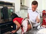 Imposible no mirarle el culo a mamá mientras cocina - Negras