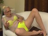 La abuela se ha comprado un conjunto erótico muy sexy - Abuelas
