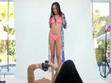 El fotógrafo acaba tonteando con la guapa modelo mulata - Negras