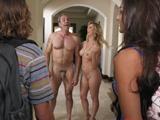 Me sorprenden mis suegros, andan desnudos por casa - Suegras
