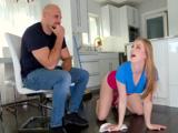 Me gusta verla limpiar de rodillas, joder, para eso la pago - Xvideos