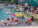 Menuda fiesta en la piscina tienen montada estas pijas - Orgias