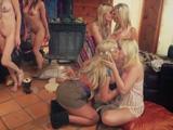 La fiesta acaba con cuatro amigas follando entre ellas - Lesbianas