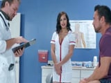 La enfermera no le quita ojo al paciente, se lo follaría !! - Porno HD