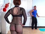 Mamá se pone muy sexy para entrenar, que pretende? - XXX