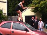 Señora, que hace? se ha vuelto loca? bájese del coche !! - Xvideos