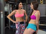 Madre e hija van juntas al gimnasio, están tremendas - Sexo Fuerte
