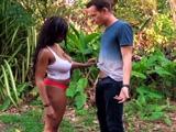 Una negra medio desnuda pretende echarme un polvo - Negras