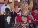 Una loca medio desnuda la monta en el restaurante - Cerdas
