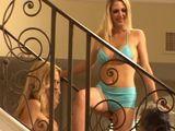 Dos vecinas se enrollan en la escalera - Lesbianas