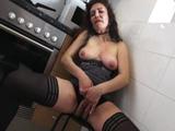 Mamá está sola en casa y además está súper cachonda - Porno Español