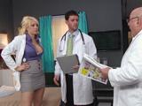 No se que tienen los doctores pero me ponen cachonda !! - Porno HD