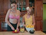 Madre e hija se pasan toda la tarde haciendo limonada - XXX