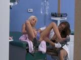 El joven enfermero espía a las pacientes de ginecología - Porno HD