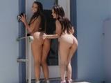 Mi novia y su amiga andan todo el día con el culo al aire - Porno Italiano