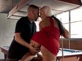 Juego al billar con mamá, le acabo manoseando el culo - Porno HD