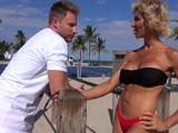 Mamá ligándose a un atractivo muchacho en la playa - Madres