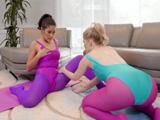 Da gusto ver a dos buenas amigas hacer yoga juntas - Lesbianas