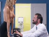 La hija mayor de mi jefe se desnuda en mi despacho - XXX