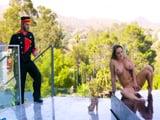 El botones del hotel me pilla en la piscina masturbándome - Xvideos