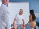 Doctor y paciente alucinan con el culo XXX de la enfermera - Culos