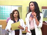 Doctora y enfermera pasan revisión a todos sus pacientes - Zorras