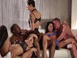 Unos amigos que se intercambian a sus esposas los findes - Orgias