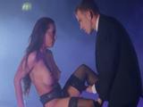 La bailarina se folla a uno de los clientes en el escenario ... !! - Xvideos