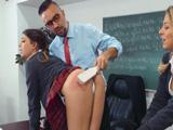 El duro castigo del profesor a una de sus alumnas en clase - Xvideos