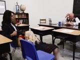 El profesor no se entera de lo que hacen dos sus alumnas - Sexo Fuerte
