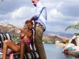 Mi esposa me la chupa en la piscina, no tiene vergüenza - Porno Español