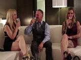 Invito a mis dos nuevas secretarias a tomar una copa … - Trios