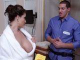 Muy escotada para follarse al fontanero - Actrices Porno