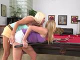 Madre e hija juegan una partida de billar, quien ganará ... ? - Porno HD