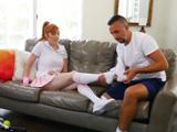 Mi guapa sobrina se ha dañado un tobillo jugando a tenis - Porno HD