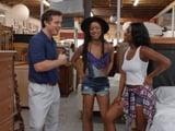 El vendedor de muebles es muy amable con nosotras - Negras