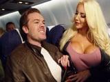 Tremendo el calentón que le entra a mamá en el avión ... - XXX